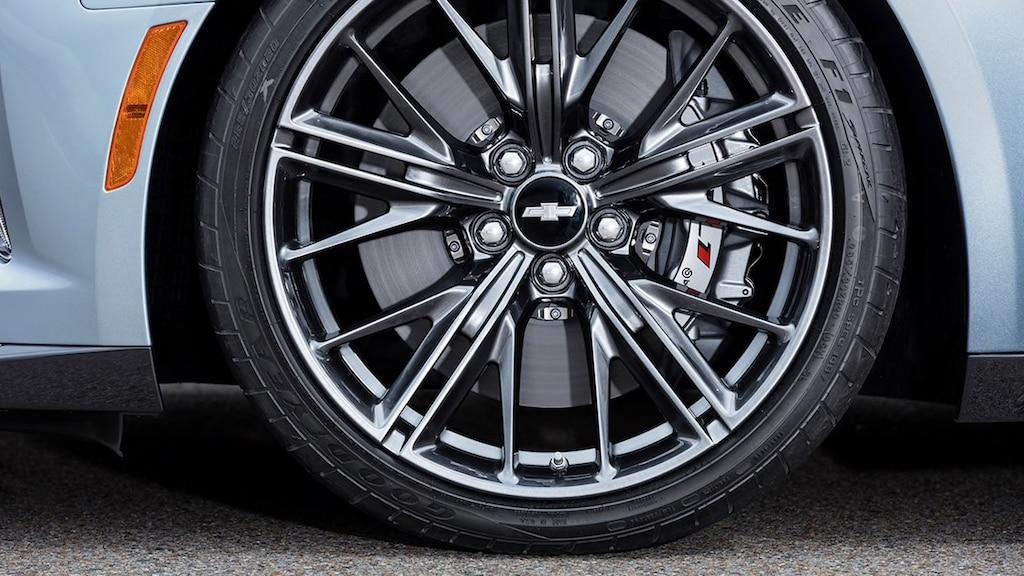 Un rin de aluminio forjado pintado en grafito oscuro con 10 brazos divididos en un Camaro.