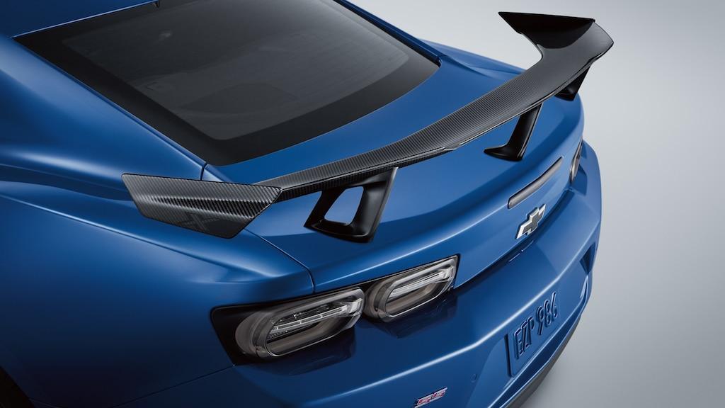 La parte trasera de un Camaro ZL1 1LE Coupe en el novedoso Azul Riverside Metálico, con un spoiler de fibra de carbono montado en la cajuela.
