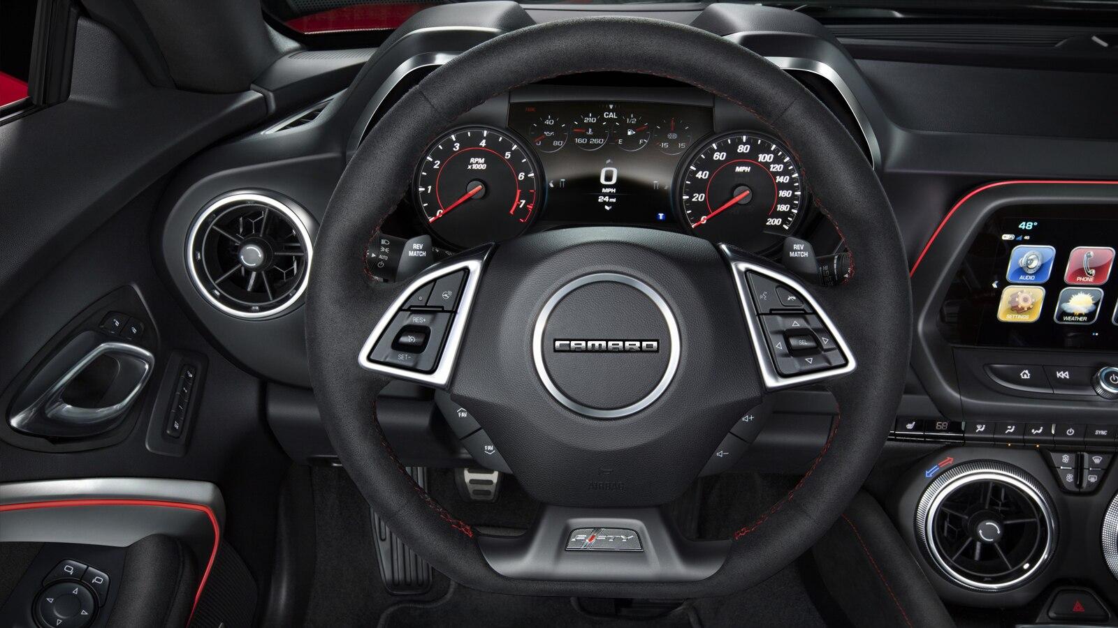 El voltante calefaccionado disponible de Camaro, con costuras color Rojo.