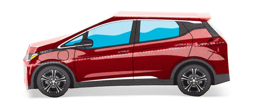 Un modelo en papel de un Bolt EV en Rojo Cajún