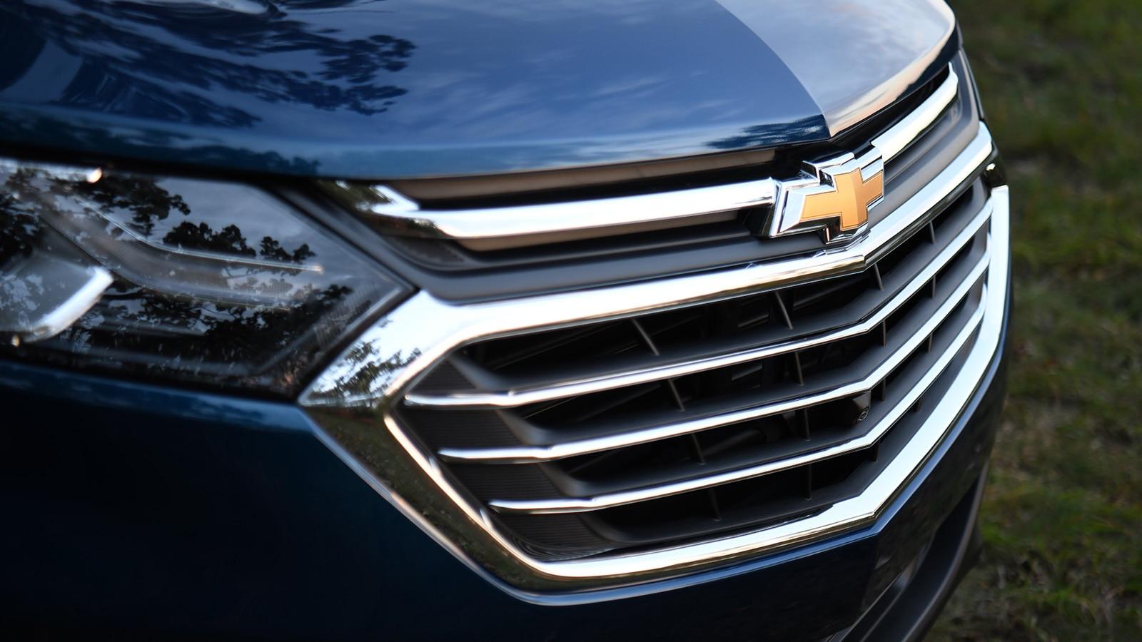 La parrilla frontal y el logotipo de corbatín de la Chevrolet Equinox.