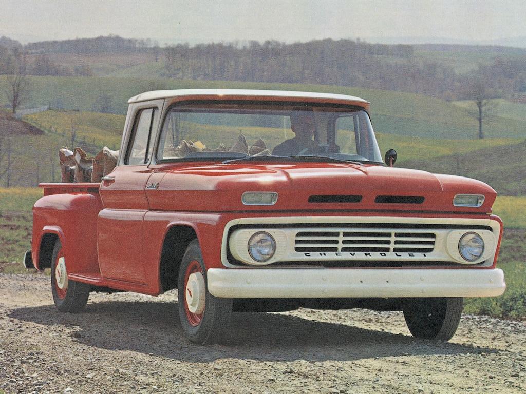 Una vieja fotografía de una pickup Chevy serie C/K roja del folleto de la C/K 1962.