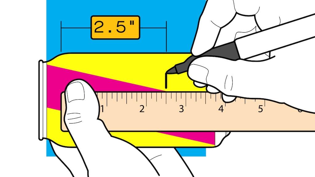Una ilustración de un par de manos sosteniendo una regla a lo largo de una lata de gaseosa y usando un marcador para colocar una marca negra a dos pulgadas y media del hombro de la lata.