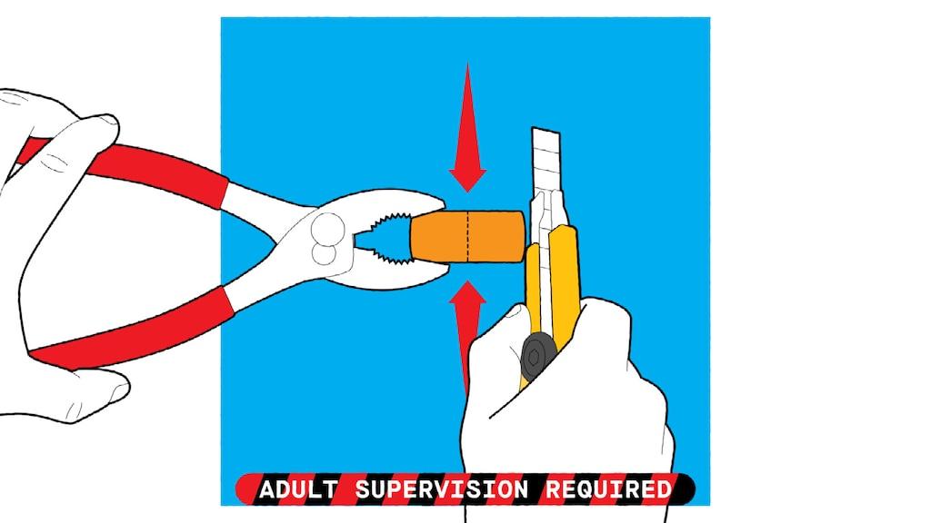 """Una ilustración de manos sosteniendo un corcho con un par de pinzas y preparándose para cortarlo a la mitad con un cúter. El texto de abajo dice: """"Requiere supervisión de un adulto""""."""