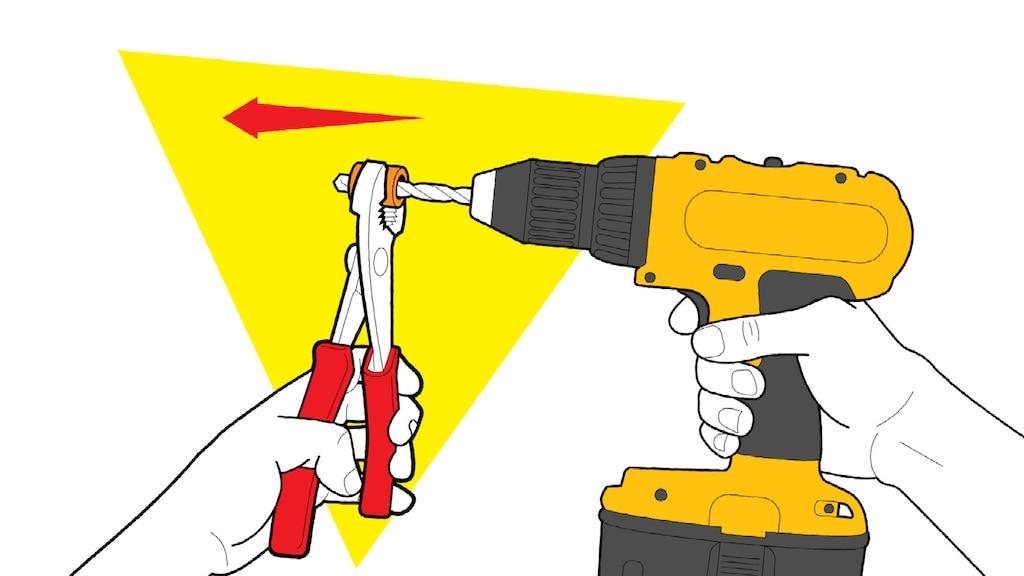 Una ilustración de un par de manos sosteniendo un corcho con un par de pinzas y perforando el centro del corcho con un taladro eléctrico.