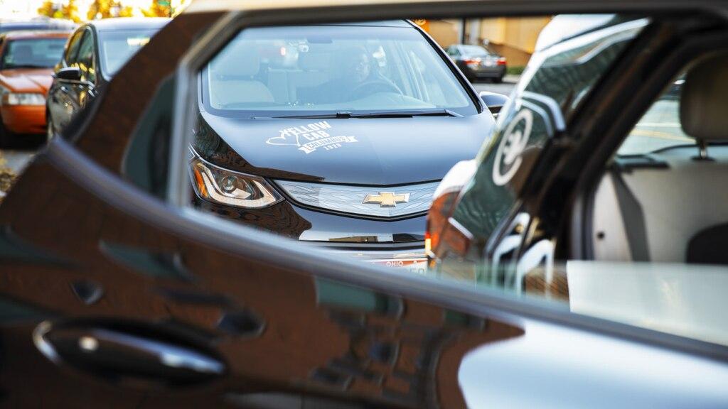 Un Chevrolet Bolt EV color Negro en la flota de Yellow Cab of Columbus como se ve desde la ventana de otro Bolt EV.