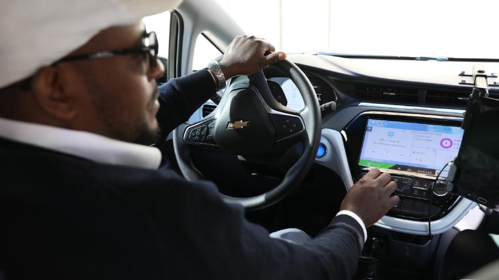 Un hombre al volante de un Chevrolet Bolt EV.