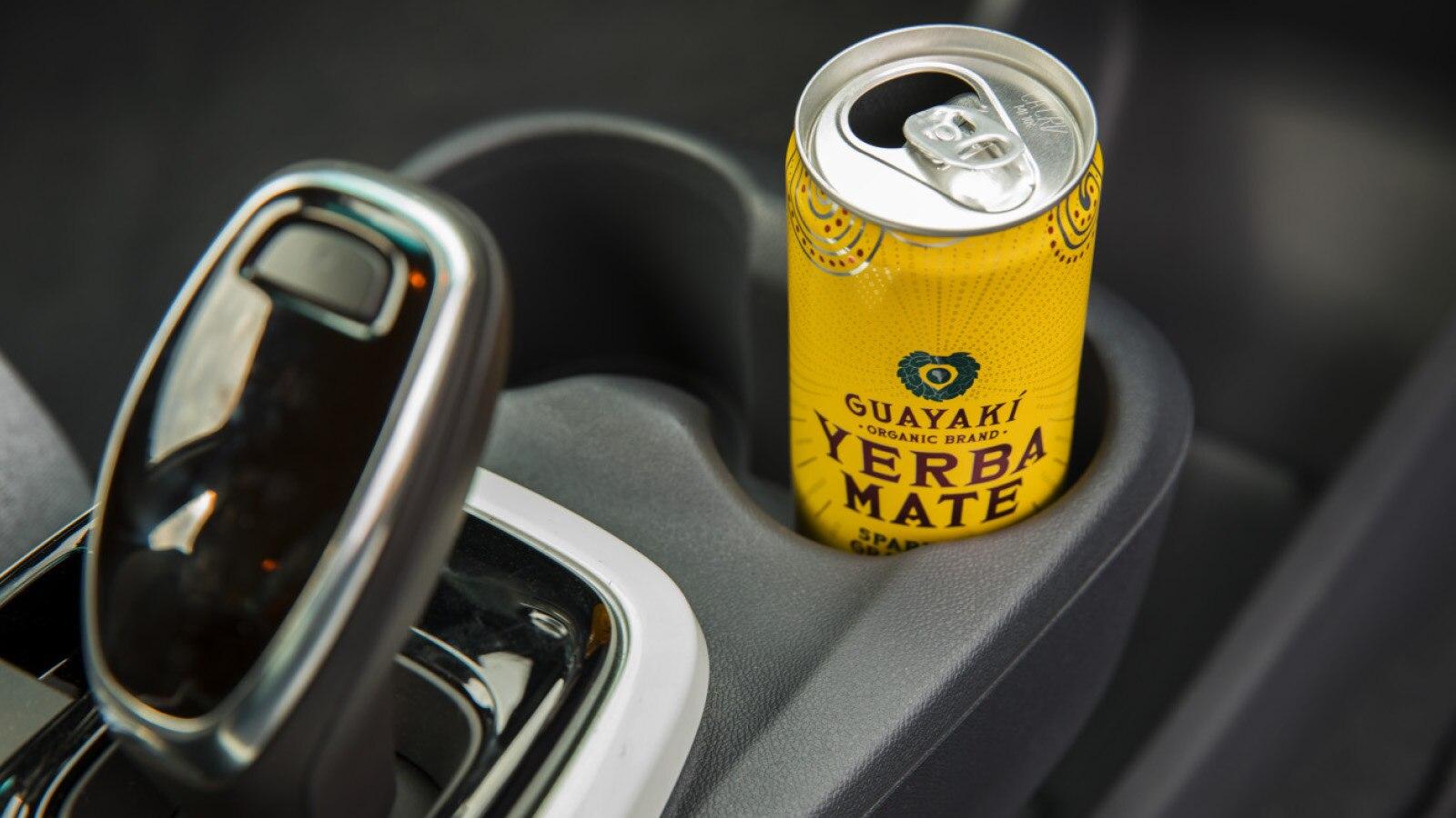 Una lata abierta de la bebida Yerba Mate en el posavasos de un Chevrolet Bolt EV.