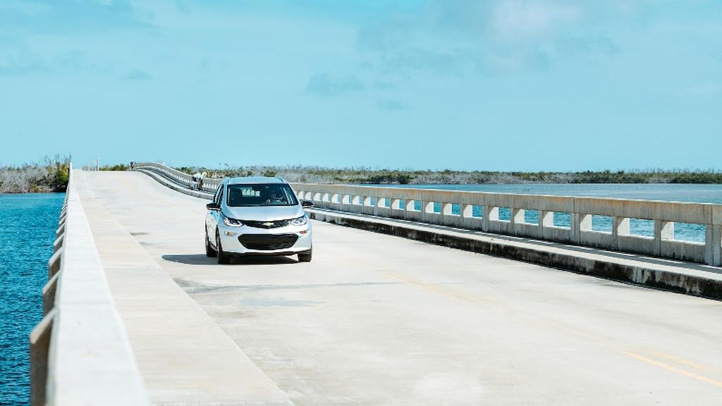 Un Bolt EV en Plata Hielo Metálico que va por una calzada en los Cayos de Florida.