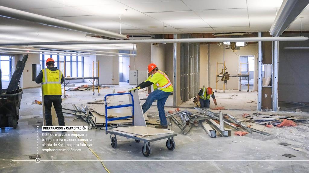 """Obreros dentro de la planta de GM. El texto en la imagen dice: """"Preparación y capacitación: El 25 de marzo se empezó a trabajar para reacondicionar la planta de Kokomo para fabricar respiradores mecánicos""""."""