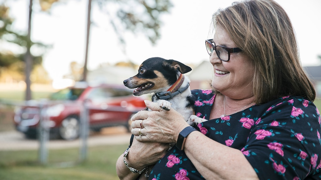 Teresa Moore, miembro de OnStar, abraza a su perrito.
