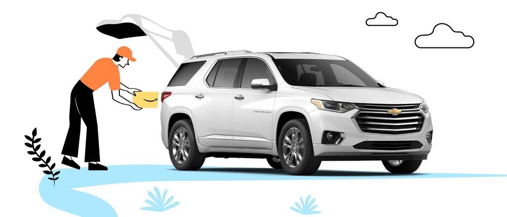 Una foto de una Chevrolet Equinox blanca frente a un fondo ilustrado que incluye a una persona de pie al lado de la puerta levadiza colocando una caja de Amazon en el área de carga.