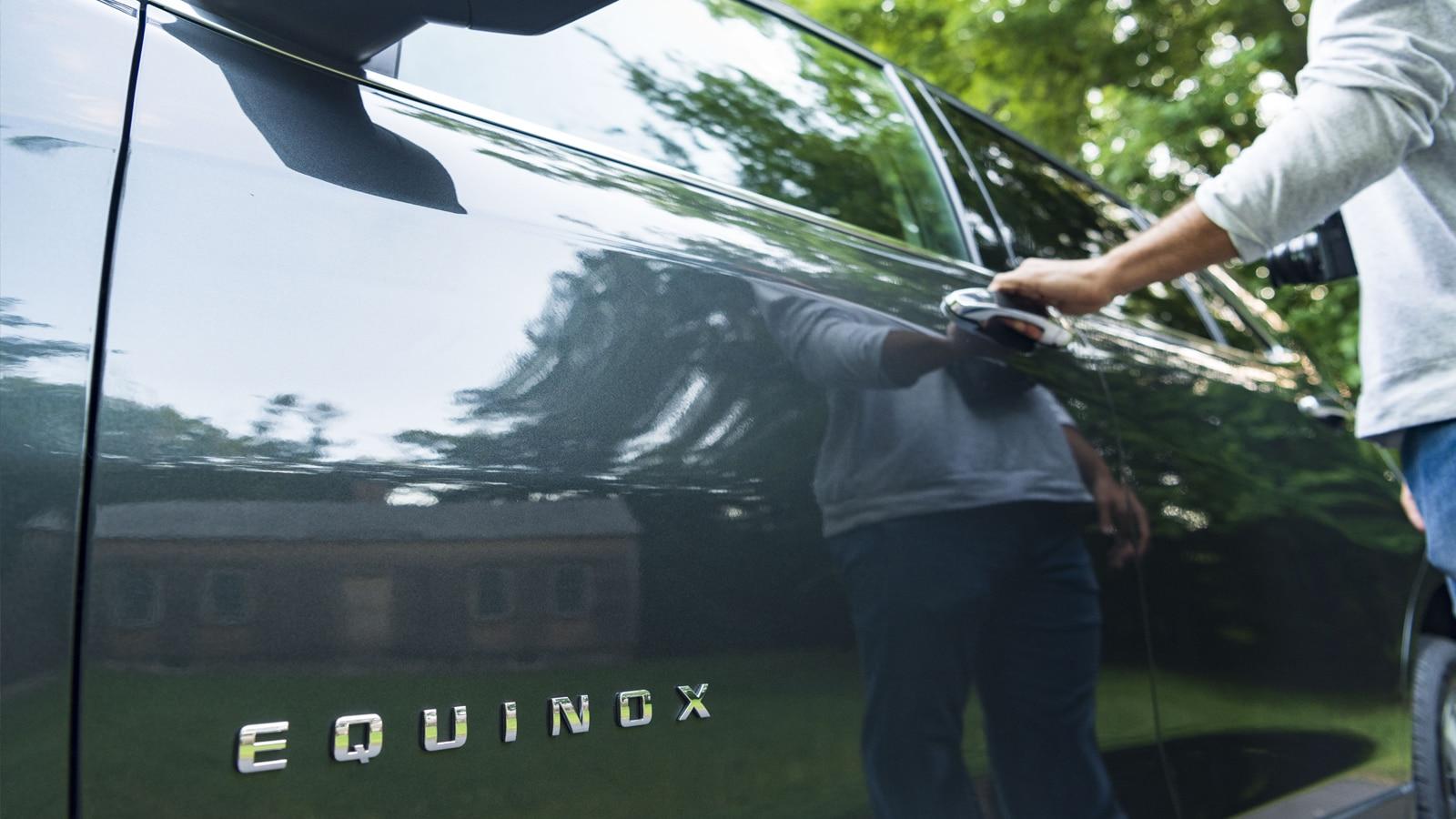 Una fotografía con vista de gusano del emblema de la Equinox en la puerta del conductor.