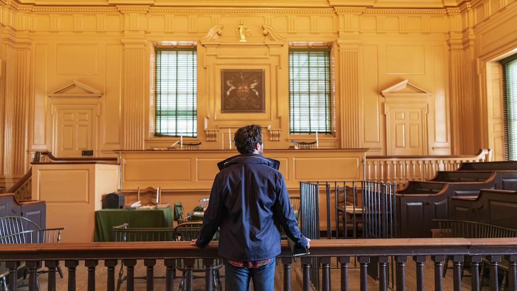 Un hombre se encuentra de espaldas a la cámara en el interior de Independence Hall.