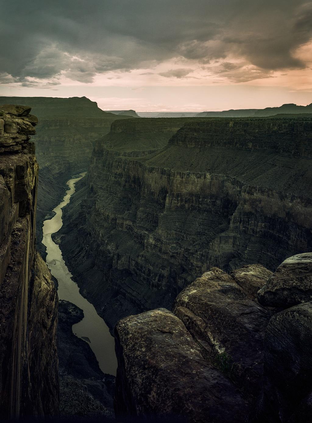 Plano general del río Colorado, visto desde arriba en el mirador Toroweap en el borde norte del Gran Cañón.