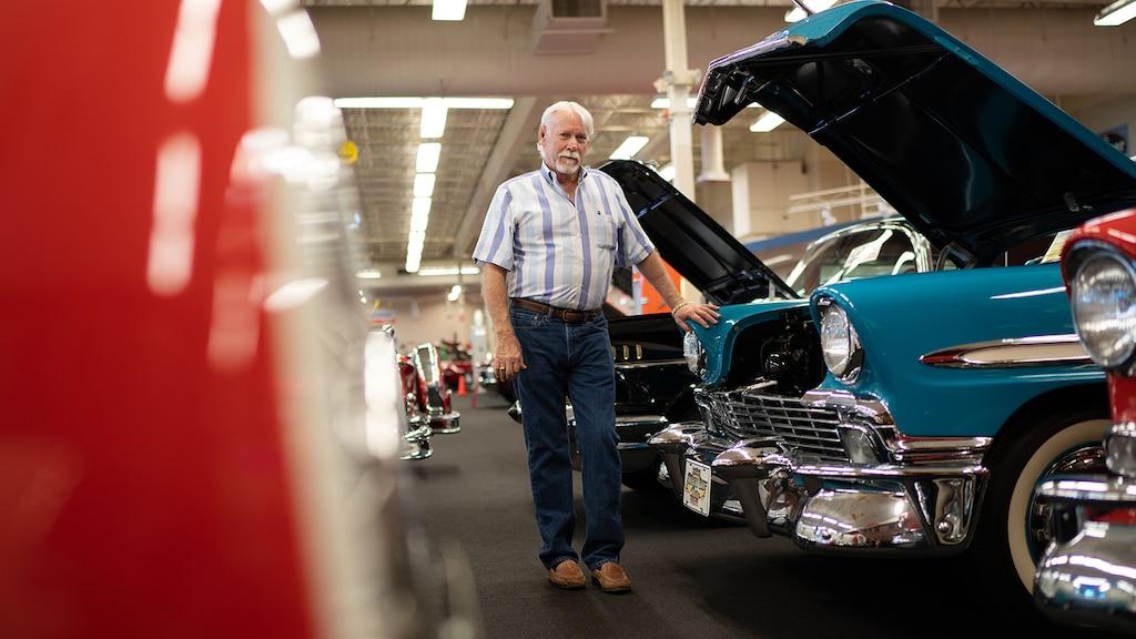 Rick Trewory de pie delante del clásico Chevy Bel Air en su colección.
