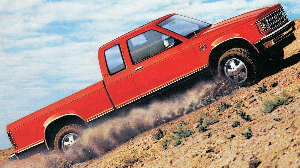 Una pickup Chevy S-101983 roja transita una planicie desértica en una imagen del folleto de1983.