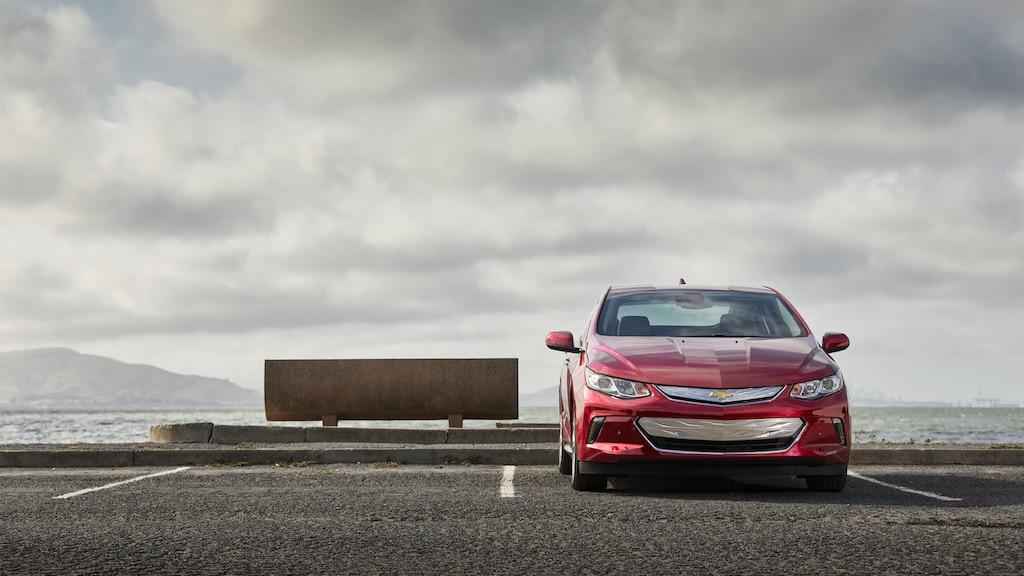 El frente de un Chevrolet Volt estacionado de reversa cerca de la orilla.