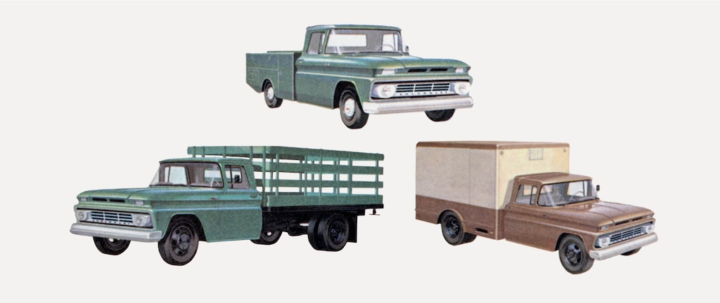 Una fotografía vieja del folleto de la camioneta serie C/K 1962 mostrando una pickup verde, una camioneta de caja plana verde y una camioneta con caja de carga marrónde la serie C/K.