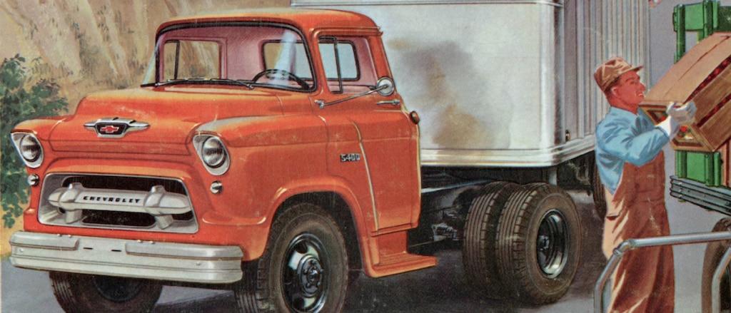Una página de un folleto de camionetas Chevy del 1955 con una ilustración de una furgoneta y un hombre con overol y gorra descargando cajas de un carrito.