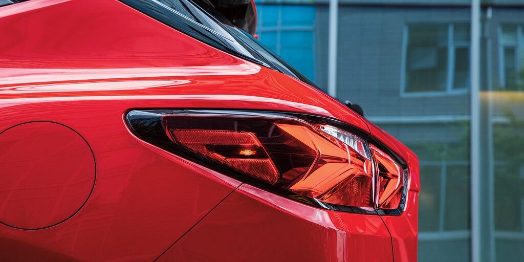 El lateral de la luz trasera del lado del conductor de una Blazer RS color Rojo.