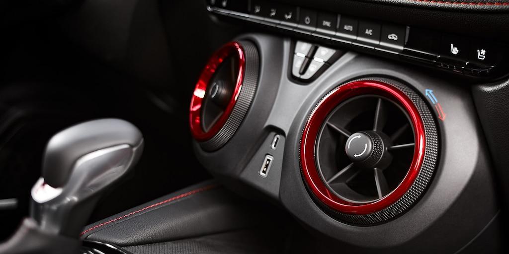 Ventilaciones de aire en el interior de una Blazer RS color Negro con detalles color Rojo.
