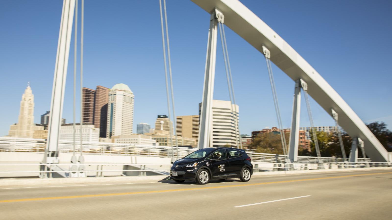 Un taxi Bolt EV cruzando un puente.