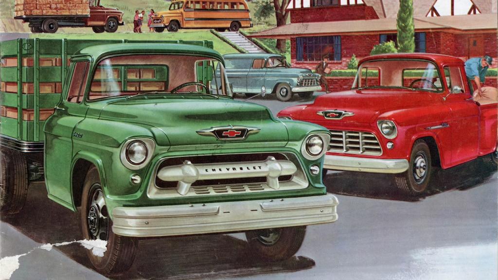 Una ilustración de un folleto de camionetas Chevy del 1955 con un grupo de diferentes configuraciones de camionetas Chevy Task Force en varios colores.