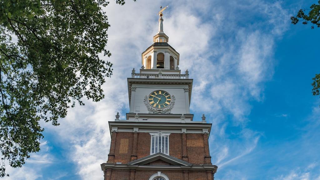 La parte superior de la torre del reloj de Independence Hall en Filadelfia.