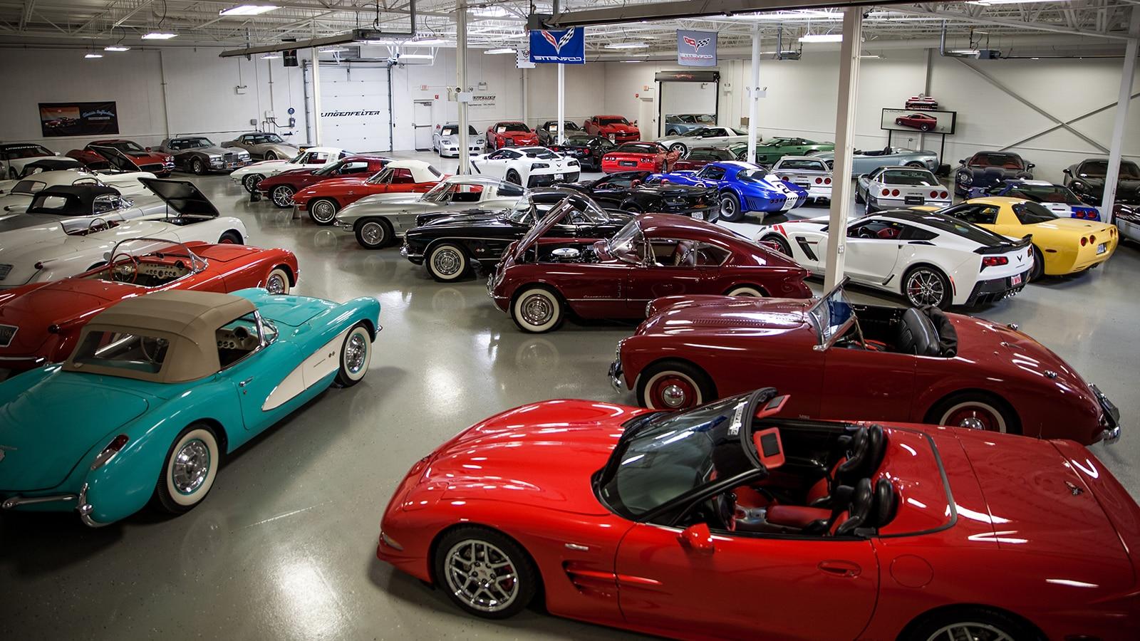 Corvette antiguos y modernos entre otros vehículos en la colección de Ken Lingenfelter.