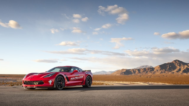 Un Corvette estacionado cerca de la pista en el desierto, en la Ron Fellows Performance Driving School.