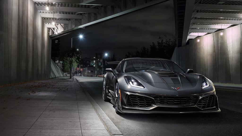 Corvette ZR1 2019 negro visto desde el frente, debajo del puente de una autopista con una calle vacía detrás.