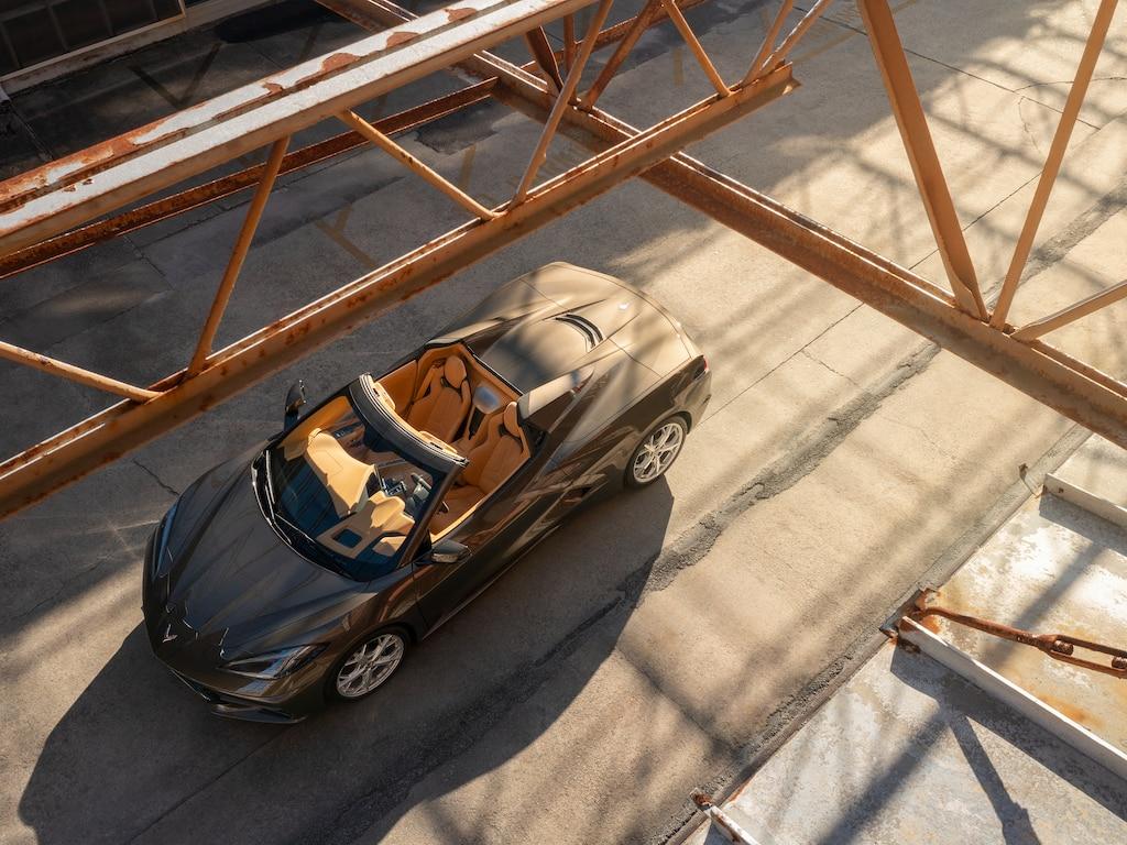 UnCorvette Convertible 2020 enBronce Zeus Metálico por una carretera de Carolina del Sur con un filtro difuminado en los bordes de la foto.