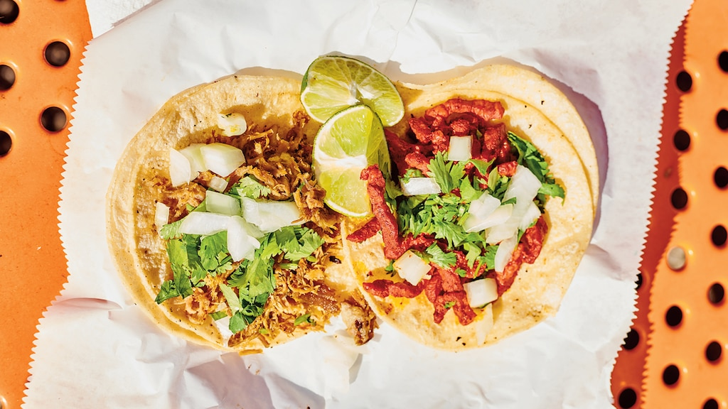 Los tacos de uno de los camiones de comida en la plaza de comidas cooperativa de la universidad en Austin, Texas.