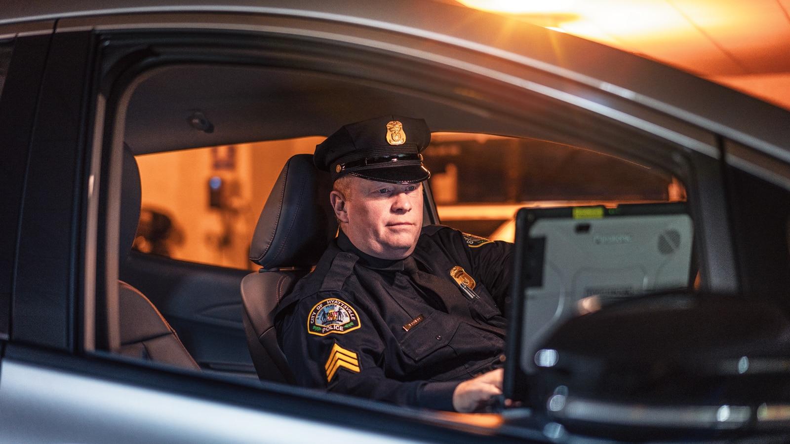 El sargento Richard Hartnett al volante del Chevrolet Bolt EV patrulla del departamento.