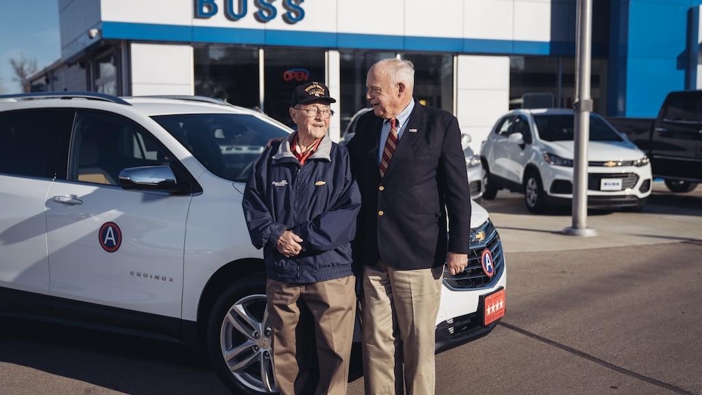 Reuben Schaetzel con George Patton Waters frente al Chevy Equinox 2018 que Waters le compró a Schaetzel. LaEquinox tiene una placa con licencia de cuatro estrellas y el medallón de división del General George Patton.