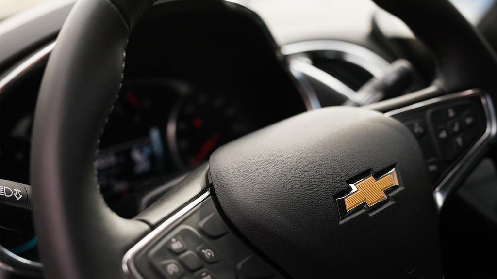 Primer plano del corbatín de Chevrolet en el volante del Malibu.