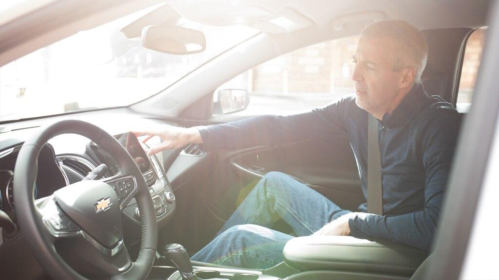 Mike Lucey mostrando los detalles del interior del asiento del acompañante de su Chevrolet Malibu.