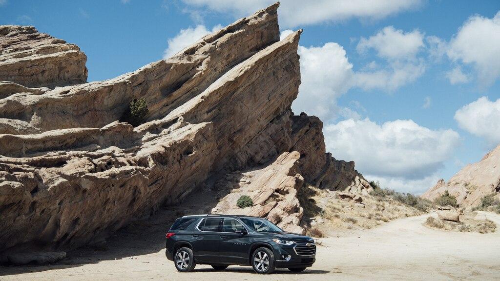La Chevrolet Traverse en un área remota frente a una formación rocosa.