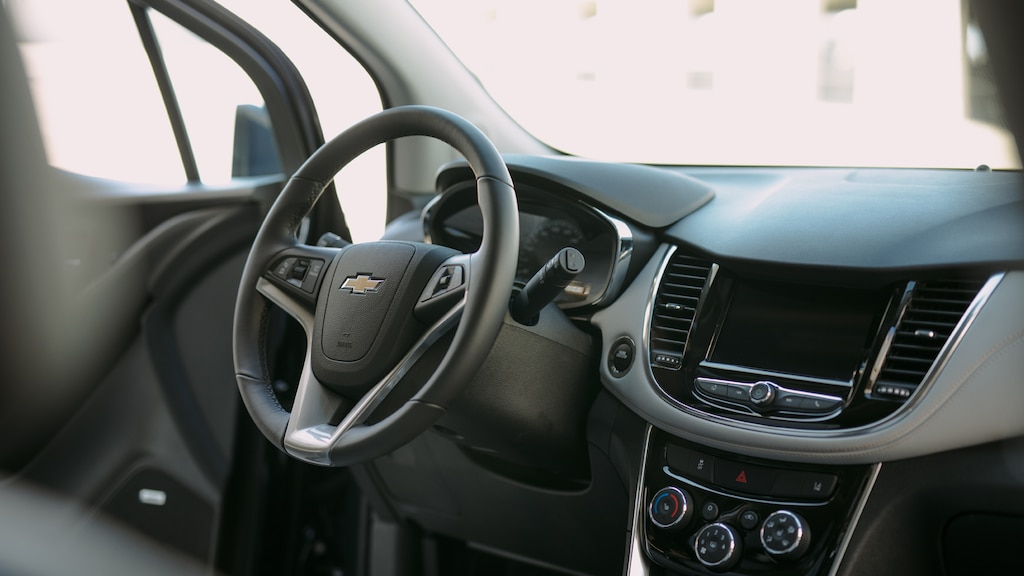 El lado del conductor del interior de la Chevrolet Trax.