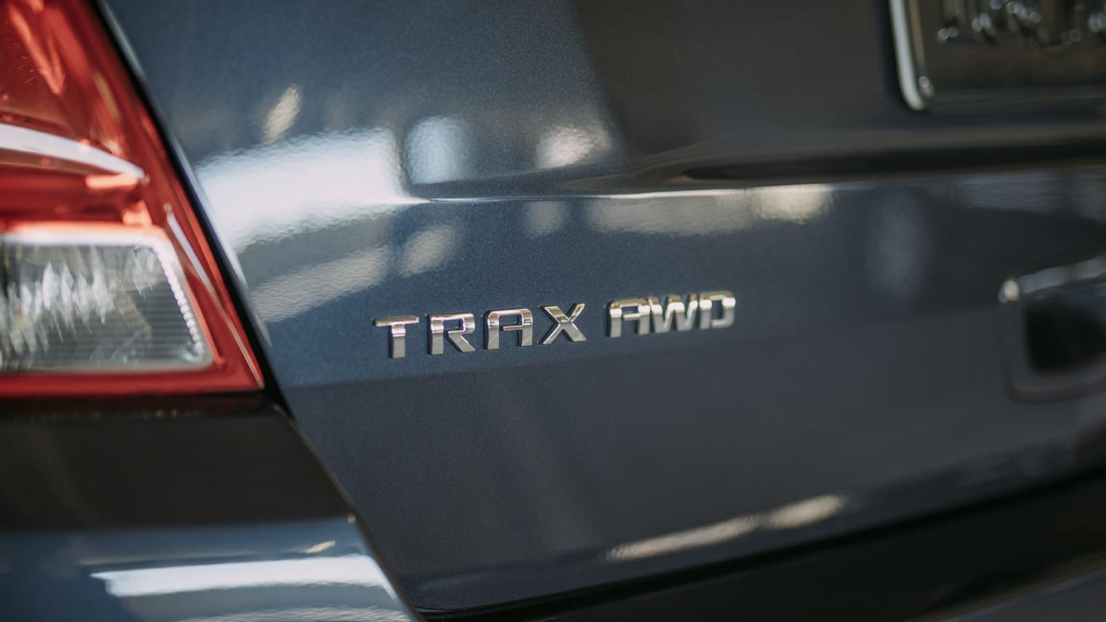 Primer plano del emblema de tracción en las cuatro ruedas de la Trax.