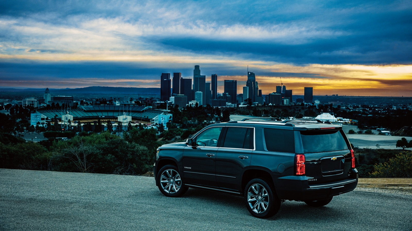 Una Chevy Tahoe 2018 al costado de la carretera en una colina ignorando el horizonte de Los Ángeles.