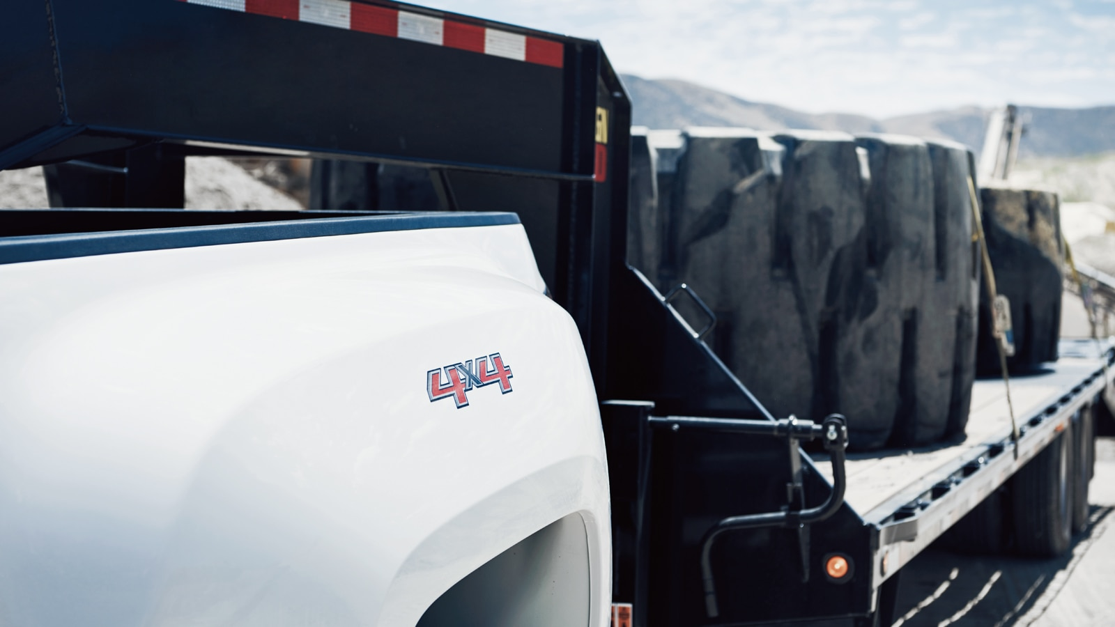 Primer plano de una camioneta arrastrando un remolque.