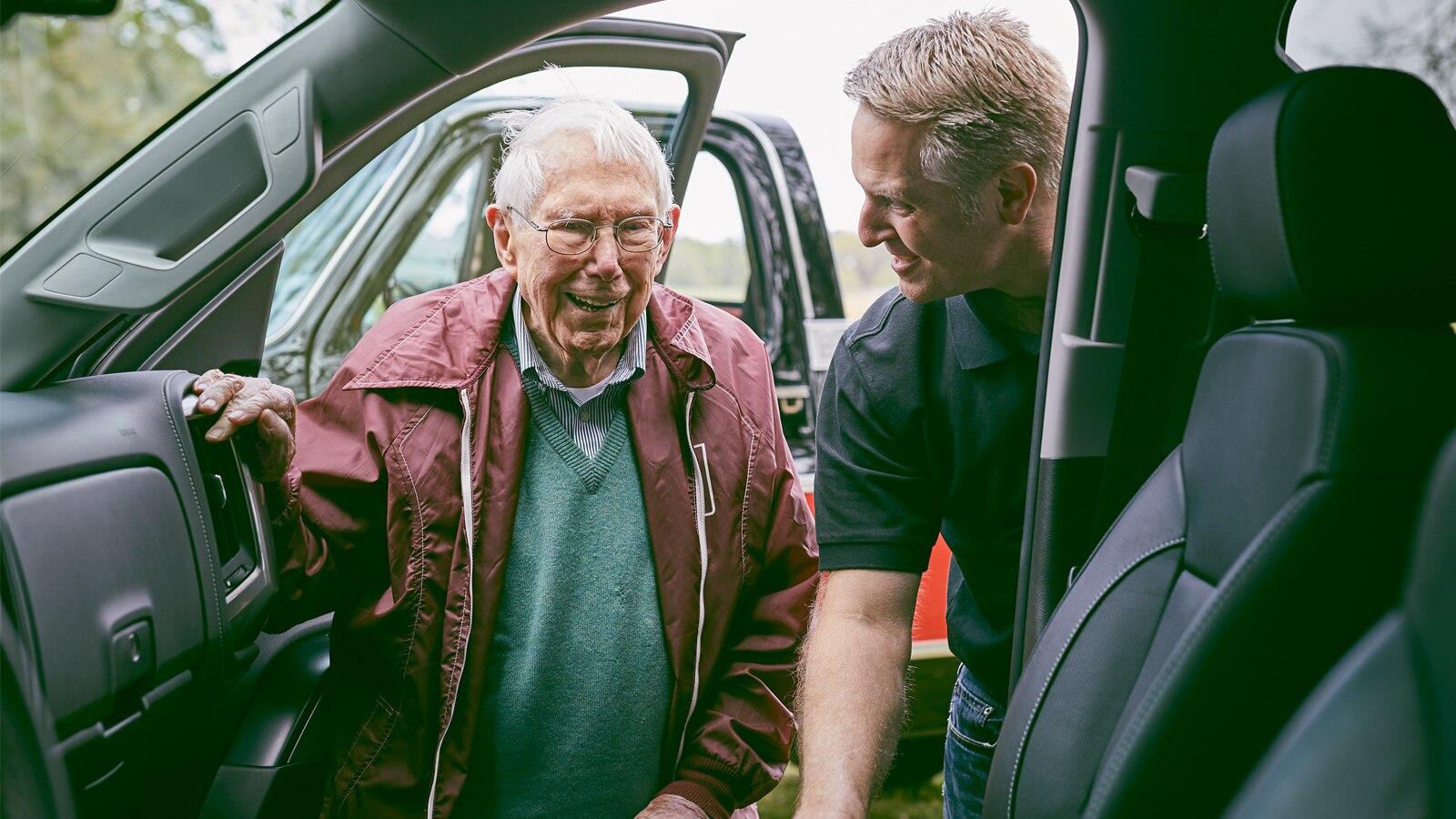 Eric Stanczak y Paul Hitch observan el interior de una Chevy Silverado Centennial Edition.