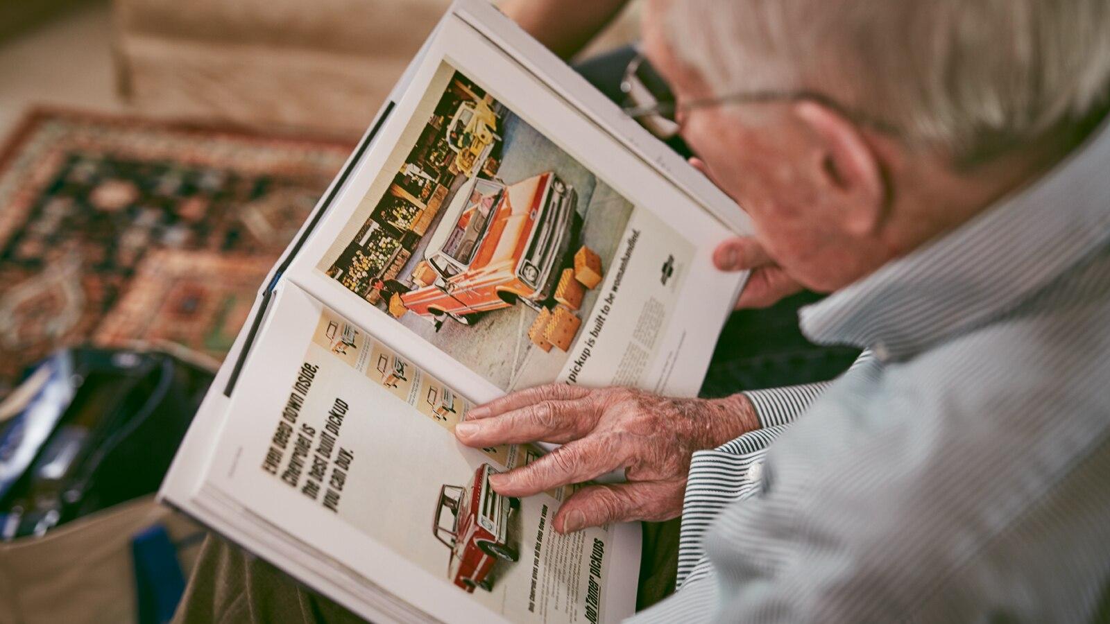 Paul Hitch mira los anuncios clásicos de algunas de las camionetas que ayudó a diseñar.