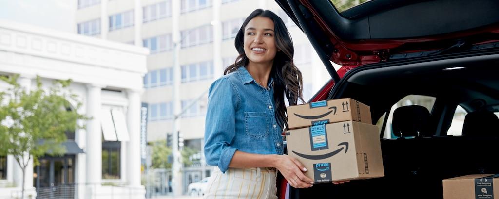 Conductor de Chevy carga cajas de Amazon, ángulo ancho
