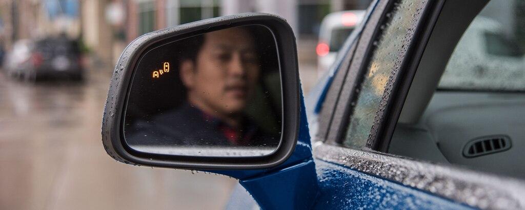 Seguridad Chevy: Hombre mirando en espejo retrovisor lateral