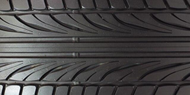 Neumáticos con banda de rodamiento de desempeño