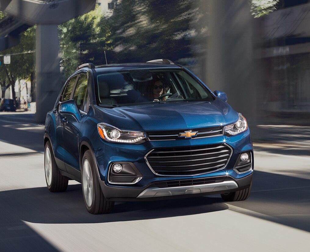 Un técnico del servicio certificado ayuda a un cliente con protección de Chevrolet
