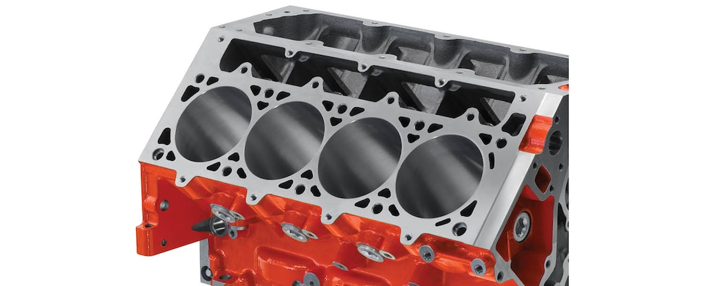 Vista en detalle de la cubierta del bloque de motor de cilindros LSX Bowtie para producción serie LS/LT/LSX de Chevrolet Performance
